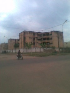 Un des bâtiments délabrés du camp pompier de Bouakés