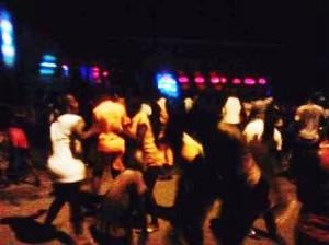 Ivoiriens dansant dans les rues de Yopougon après la victoire des Eléphants en finale Crédit photo : Christ Koffi