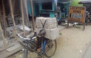 """Vélo servant au trans port de cartons d'oeufs """"Crédit photo"""" : Christ Koffi"""